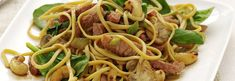 Paistetut nuudelit, sieniä ja porsaanlihaa Spaghetti, Beef, Ethnic Recipes, Food, Meat, Meals, Ox, Yemek, Noodle