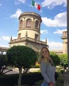 """""""Viva México, su pueblo y su historia! 🙏💛 O Castillo de Chapultepec foi palco de grandes acontecimentos da história do país e o museu que ele abriga hoje explica esses fatos com muitos detalhes. Ele fica no alto do morro de Chapultepec, cercado pelo Bosque de mesmo nome, por isso a visita vale a pena também pela vista da cidade! #travelmexico #livefree #history #chapultepec #travelgram #vivamexico #castle #méxico #cdmx2017 #culture #colores #bluesky"""" by (nomundodelaura). bluesky…"""