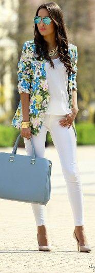 Conjunto en blanco y una chaqueta floreada para poner color :-)