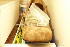 Stretch tight shoes with a baggie of water in the freezer. If you need some extra breathing room, put a baggie of water in your shoe and toss it in the freezer to stretch it a bit. Your Shoes, New Shoes, Freezer Hacks, How To Stretch Shoes, Sore Feet, Cleaners Homemade, Simple Life Hacks, Clothing Hacks, Household Items