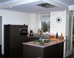 U-opstelling keuken in de kleur zilverbruin met staafgrepenen composieten werkblad, inclusief plafondunit in verlaagd plafond — in Vlierden