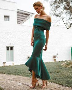 I love the design of this green dress Elegant Dresses, Pretty Dresses, Beautiful Dresses, Fashion Mode, Look Fashion, Woman Fashion, Bridesmaid Dresses, Prom Dresses, Formal Dresses