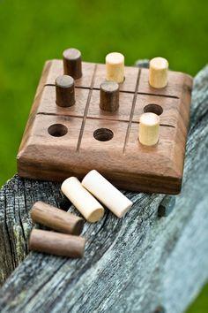 Remontez dans le temps et jouer le simple vieux jeu de TIC-TAC-TOE ! La main de noyer de la Caroline du Nord. vous êtes sûr de profiter de ce jeu de la vieille école. Jeu comprend 5 noix et 5 tiges cylindriques dérable fabriqués à partir de goujon 3/8 po. Veuillez noter que chaque jeu est faite et poncé individuellement. Chaque jeu a son propre caractère unique, et chacun deux diffère une de lautre.