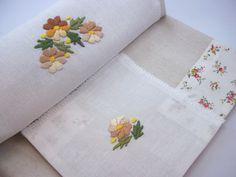 Toalha cobre mancha  com bordado ponto cheio e delicado crochê.  Tecido sujeito a alteração, podendo variar conforme estoque disponível....