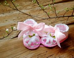 Baby booties on my design.These booties are perfect for any baby. They are made with soft yarn to be comfortable for any precious little one.They make a perfect shower gift.  0-3 m =7-8cm = 2 3/4 - 3 1/8 3-6 m =9-10 cm = 3 1/2 - 4 6-12 m =11-13 cm =4 3/8 - 5 1/8   Hand wash recommended / Flat dry / No ironing  Email me if you have any questions.  Shipping: via Bgpost Airmail (registered mail).