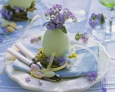 Easter is a time for family get together. Special Easter lunches and dinner with family. If you are looking for some ideas for Easter table decoration, there is a lot of inspiration for you. Easter Flower Arrangements, Easter Flowers, Floral Arrangements, Easter Table Settings, Easter Table Decorations, Easter Decor, Easter Ideas, Easter Centerpiece, Centerpiece Ideas
