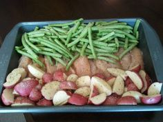 One pan dinner- chicken breast, fresh whole green beans (frozen thawed will work too), red potatoes, dry italian dressing, salt/pepper New Recipes, Dinner Recipes, Cooking Recipes, Favorite Recipes, Healthy Recipes, Dinner Ideas, Healthy Meals, Rockcrok Recipes, One Pot Meals