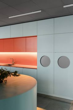 Gallery of Of – Modern Office Design Coral Pantone, Cocinas Kitchen, Small Room Design, Workplace Design, Cuisines Design, Commercial Interiors, Office Interiors, Interior Design Kitchen, Interior Decorating