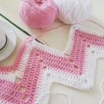 Örgü pembe-beyaz-zikzak-orguler How To Care For Crystal Gifts, China And Flatware Here is a summary Zig Zag Crochet Pattern, Chevron Crochet, Crochet Stitches Patterns, Baby Knitting Patterns, Easy Crochet, Crochet Baby, Knit Crochet, Crochet Ripple Blanket, Pink White