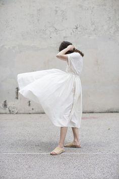 ชุดเดรสสีขาว พลิ้วแบบสาวหวาน