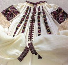 Hand made and embroidered by Caro Birzaianu. Folk Embroidery, Modern Embroidery, Embroidery Patterns, Folk Costume, Costumes, Pakistani Fashion Casual, Antique Quilts, Textiles, Clothes