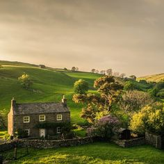 We wish Jane Austen could write our caption. We also wish we lived in this old stone cottage 😍 Repost Beautiful Homes, Beautiful Places, English House, English Countryside, Old Stone, Country Life, Photos, Pictures, Scenery