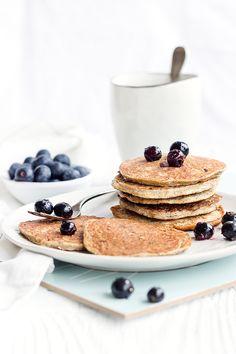 Gesunde Pancakes aus nur 3 Zutaten: Chia, Bananen & Eier. Bei mir noch ergänzt um Amaranth und Buchweizenflocken. Schnell gemacht, fluffig und sehr lecker.