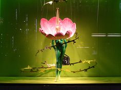Visual: WAKO - Vidrieras de Tokyo Giant Flowers, Paper Flowers, Mannequin Art, Visual Display, Advertising Photography, Window Design, Retail Design, Visual Merchandising, Store Design