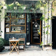 coffee vintage New design cafe exterior coffee shop ideas Cozy Coffee Shop, Small Coffee Shop, Coffee Store, Cofee Shop, Cafe Shop Design, Cafe Interior Design, Small Cafe Design, Cafe Restaurant, Restaurant Design