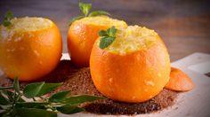 Naranaj rellena de naranja.  En primer lugar, partimos por un lado las naranjas. Seguidamente, vaciamos las naranjas procurando dejarlas enteras por fuera. Reservamos la pulpa de las...