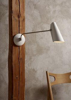 Birdy er en serie med vegg, bord og gulvlamper fra Northern Lighting. Serien ble utformet i 1952 i modernistisk stil. I 2013 besluttet Northern Lighting å relansere denne designklassikeren, ta vare på og bevare den opprinnelige form og svært funksjonelle egenskaper.  Lampe serien er tilgjengelig i 3 ulike fargekombinasjoner; Off-white med satin nikkel finish, Grå med Satin nikkel finish og Svart med messing metall finish  Mål: Dybde: 53cm Høyde skjerm:24 cm Diameter feste: 12,5 cm…