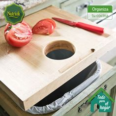 """""""¡Mantén organizada tu cocina! Una tabla deslizable para cortes dará más espacio y estilo a tu cocina. Colócala debajo de un contenedor de basura orgánica para ahorrar tiempo al desechar residuos de comida y mantén tu espacio limpio. #ChopChopChop"""""""