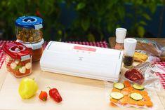 Uchovávání potravin ve vakuu nabízí řadu výhod Fresco, Plastic Cutting Board, Container, Food, Instagram, Solar Cooker, Money, Foods, Fresh