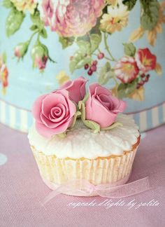 Such beautiful and realistic pink roses #wedding #weddingcupcake #cupcakes #rose #vintage