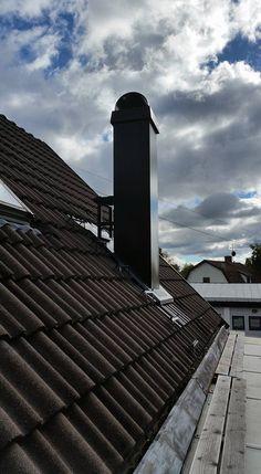 Högre skorsten med arbetsplattform monterad på tegeltak med större taklutning. Källa: Brantab. #premodul www.premodul.se
