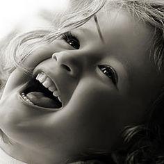 Vida e felicidade gerada pelo bom humor...  Na vida cotidiana estamos sempre em busca da felicidade. Vários são os caminhos para alcançar esta boa ventura, que também pode ser gerada pelo senso de bom humor. Não existe felicidade pronta, como uma riqueza guardada por piratas em algum esconderijo.