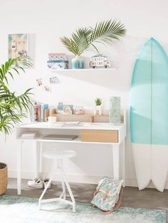 Surfer style home workspace with campervan motifs, surfboard decor and whitewashed colours Beach Bedroom Girls, Beach Bedroom Decor, Beach House Bedroom, Room Ideas Bedroom, Bedroom Themes, Girls Surf Room, Teen Beach Room, Bedroom Designs, Surf Decor