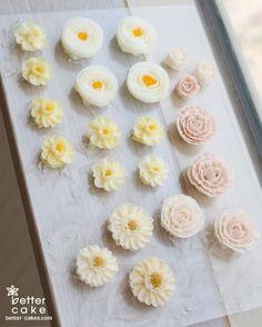 Buttercream Flowers Tutorial, Korean Buttercream Flower, Buttercream Flower Cake, Buttercream Cake Decorating, Cake Decorating Tips, Buttercream Techniques, Wedding Cake Roses, Icing Flowers, Dessert Decoration