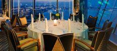 Disfrutando de vistas impresionantes al Golfo y flotando en el aire les ofrece el restaurante Al Muntaha