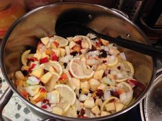 Jablka, cibuli, citron, hrozinky, česnek a ocet dáme do kastrolu, uvedeme do varu a 15-20 minut necháme probublávat. Jablka musí změknout, ale… Chutney, Pasta Salad, Ethnic Recipes, Food, Crab Pasta Salad, Essen, Meals, Chutneys, Yemek