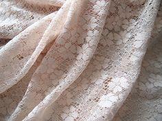 Tissus dentelle de coton façon crocheté motif fleuri 114*50cm nude chaire