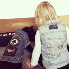 Buddies! Oh freakin cute are these two all matching!  Thanks @meadowlarkjewellery for the super sweet pic.  #pethaus #battlejacket #bestbuds #pethauspack