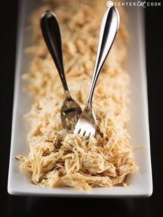 Recette facile de râpé de poulet pour l'ensemble de vos recettes préférées comme enchiladas, tacos, sandwichs et qui font appel à du poulet cuit déchiqueté! C'est une recette infaillible qui peut être faite avec du poulet congelé ou décongelé.