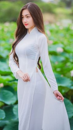 Viet girl in ao dai. This is my favourite dress for a lady. Members of my family have worn it, & this French-designed dress highlights the elegance of female beauty 😘 Vietnamese Traditional Dress, Vietnamese Dress, Traditional Dresses, Ao Dai, Beautiful Asian Women, Looks Style, Sexy Asian Girls, Asian Fashion, Asian Woman