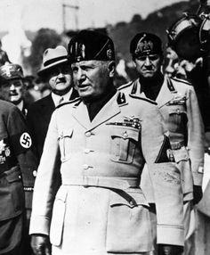 Benito Mussolini-- Van 1922 tot 1945 fascistisch dictator in Italië. Hij was een voorbeeld voor Hitler. Hij maakte van Italië een totalitaire fascistische en anti-democratische staat.
