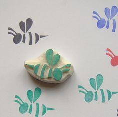 Handgesneden rubber stamp - niet gemonteerd. Schattig Honey Bee Rubberstempel Vorm- Honey Bee Rubberstempel / insecten rubber stempel: Grootte: 3.1 x 2,1 cm Unmounted gum schattig Honey Bee Rubberstempel Uw ambachtelijke projecten - ideeën: Honey Bee projecten, Honey Bee ambachten,