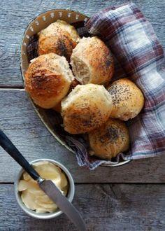 Flettebrød med pesto - Mat På Bordet No Knead Bread, Pizza Dough, Pesto, Pretzel Bites, Food And Drink, Muffins, Baking, Breakfast, Dinners
