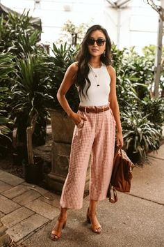 Fashion Tips Hijab We love these gingham trousers! A great idea for a cool summer outfit with some lovely sunglasses.Fashion Tips Hijab We love these gingham trousers! A great idea for a cool summer outfit with some lovely sunglasses. Mode Outfits, Trendy Outfits, Fashion Outfits, Fashion Tips, Hijab Fashion, Fashion Trends, Spring Summer Fashion, Spring Outfits, Summer Ootd