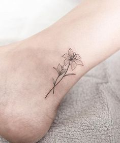 117 Of The Very Best Flower Tattoos Lily Tattoo von Hongdam Small Lily Tattoo, Small Flower Tattoos, Small Girl Tattoos, Mom Tattoos, Finger Tattoos, Body Art Tattoos, Tattos, Hongdam Tattoo, Flor Tattoo