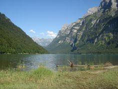 Am Ufer des Klöntalersees im Kanton Glarus