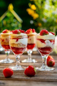Jordgubbsdröm Desserts In A Glass, Fika, Nom Nom, Food Porn, Brunch, Strawberry, Dessert Recipes, Yummy Food, Sweets