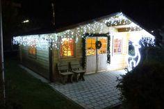"""#eisregen #lichterkette mit kalt-weißem Licht Die #Eisregenkette hat herbfallende Lichtstränge und ist perfekt zur #hausdekoration #weihnachten. Die """"kalt""""-weiße #eisregenlichterkette ist besonders für moderne Gebäude die ultimative #weihnachtsbeleuchtung für #haus und #garten #aussen.  Die Kette gibt es in verschiedenen Längen zur #weihnachtsbeleuchtung #aussen #garten"""
