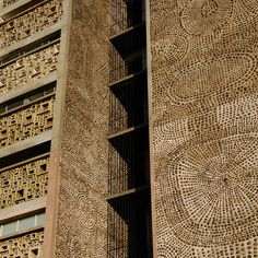 detail of facade decorated with pebbles (Pancho Guedes)