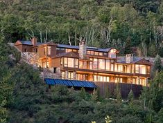 Built on the side of rugged Red Mountain, this contemporary mountain dwelling was designed by Charles Cunniffe Architects, located in Aspen, Colorado. Interior Design Studio, Interior S, Master Suite, Colorado Mountain Homes, Mountain Houses, Modern Properties, Guest Cabin, Rustic Luxe, Building Companies