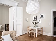 New Home Beige walls in a modern living room How The Medieval English Planned a Home and Gardens Art Home Wall Colour, Industrial Living, Industrial Style, Living Room Flooring, Beige Walls, Scandinavian Home, Inspired Homes, Beautiful Interiors, Interiores Design