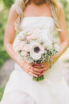Een prachtig bruidsboeket met anemonen