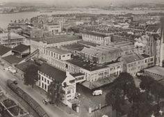 Luchtopname van het complex van bierbrouwerij d'Oranjeboom aan de Oranjeboomstraat. Op de achtergrond de Nieuwe Maas en daarachter de watertoren op het DWL-terrein. De foto is gemaakt in 1934.