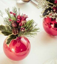 An elegant Christmas centerpiece that makes pendant with tree. With tutorial. (in Italian) Elegant Christmas Centerpieces, Christmas Party Decorations, Christmas Crafts For Kids, Christmas Home, Holiday Crafts, Christmas Bulbs, Holiday Decor, Christmas Ideas, Easy Diy Crafts