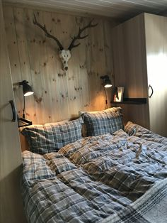 Rustic Cabin Bedding – Rustic Homes Ikea Bedroom Sets, Log Bedroom Sets, Log Cabin Bedrooms, Lodge Bedroom, Log Cabin Living, Bedroom Decor, Painted Bedroom Furniture, Bedroom Styles, Cabin Interiors