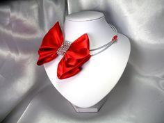 Disponible sur http://ift.tt/2pvw2JX  Esprit Couture chic pour ce collier avec un noeud que j'ai réalisé en ruban de satin.  Collier Couture chic Pièce unique   Les secrets d'Aléna  - Marque déposée - Toute reproduction est interdite